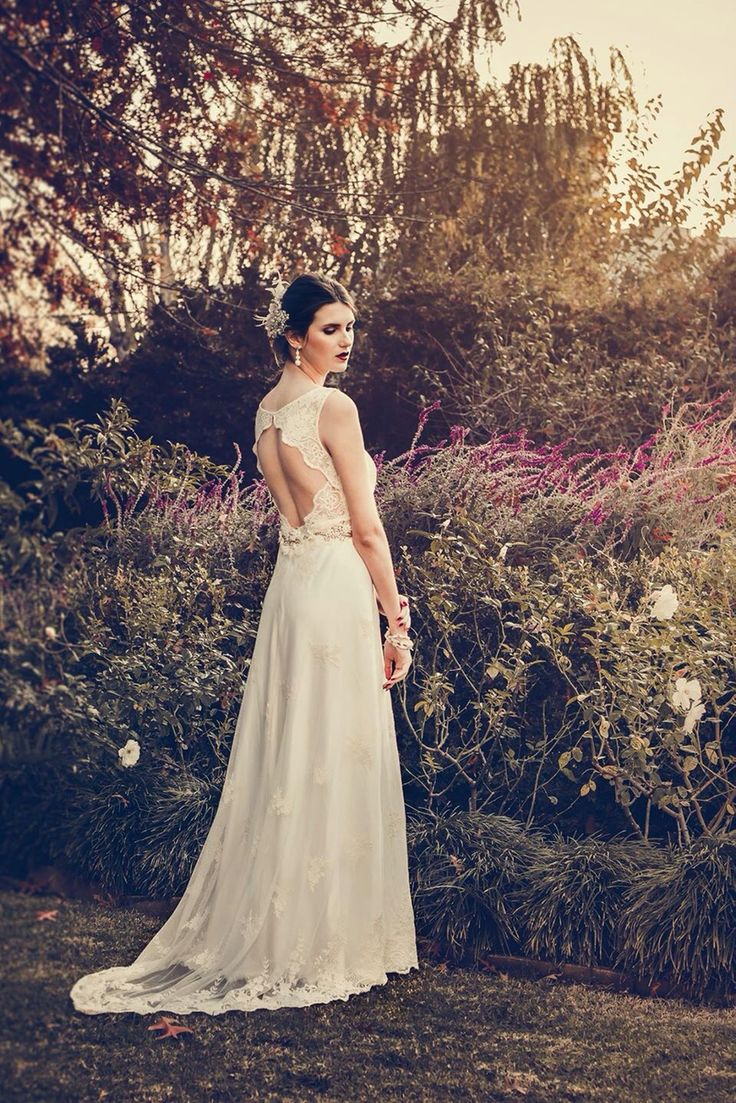 Vestido de estilo romántico de tul bordado en tonos naturales. #boxinwhite #vestidodenovia #novias #weddingdress #brides #weddingphotography #weddingstyle #romanticstyle #headpiece #weddingideas #lace