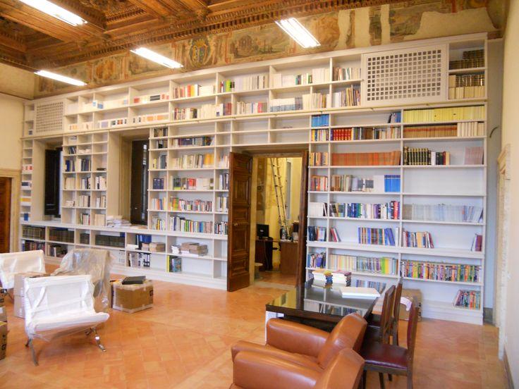 ON DEMAND 11 metri di lunghezza, più di 5 metri di altezza. 55 metri quadri di libri 11 meters long, more than 5 meters high. 55 square meters of books