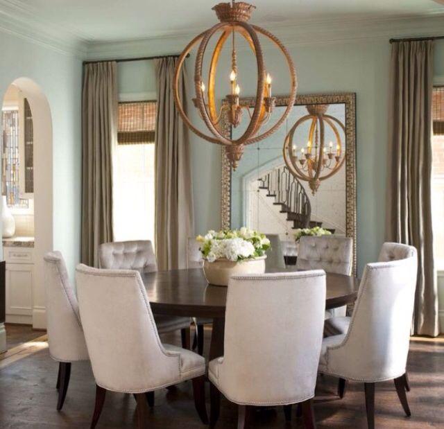 Divina la combinación de colores: pared cortinas gris. Me encantó el chandelier y el espejo atrás