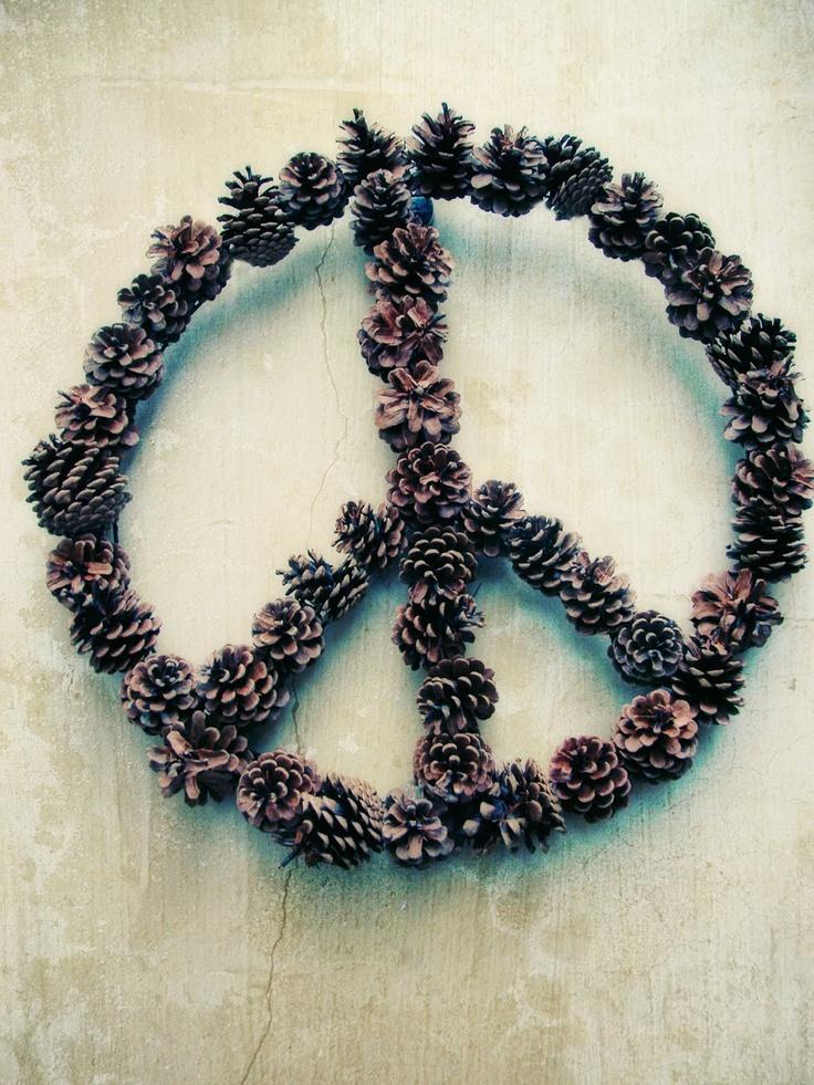 DIY: peace sign wreath: Pinecones, Peace Signs Wreaths, Diy Peace Signs, Diy Hippie Crafts, Pine Cones, Peace Wreaths, Necklaces, Pinecone Peace, Pinecone Wreaths Diy