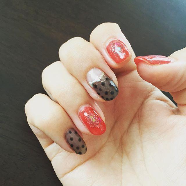 ピールオフベースで全部赤色にしてたけれど、小指が知らない間に取れちゃってたので、中指小指はストッキングネイルでお直し♡ フレンチライン難しかった〜 あとドットも何気に難しいwww(* Ŏ∀Ŏ)・;゙.:';、 #ジェルネイル #セルフジェルネイル #セルフネイル #楽天 #プチプラ #ptitprince #ストッキングネイル #シアーカラー #シアーカラーネイル #透け感カラー #フレンチライン #ドットネイル #ドット