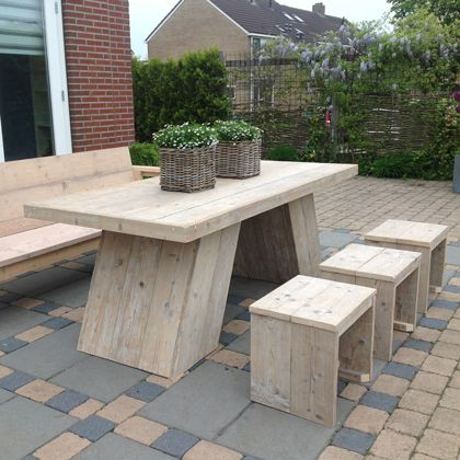 Tuin/ eettafel 'Hooge' van www.rustikal.nl Een speelse tafel van gebruikt steigerhout.