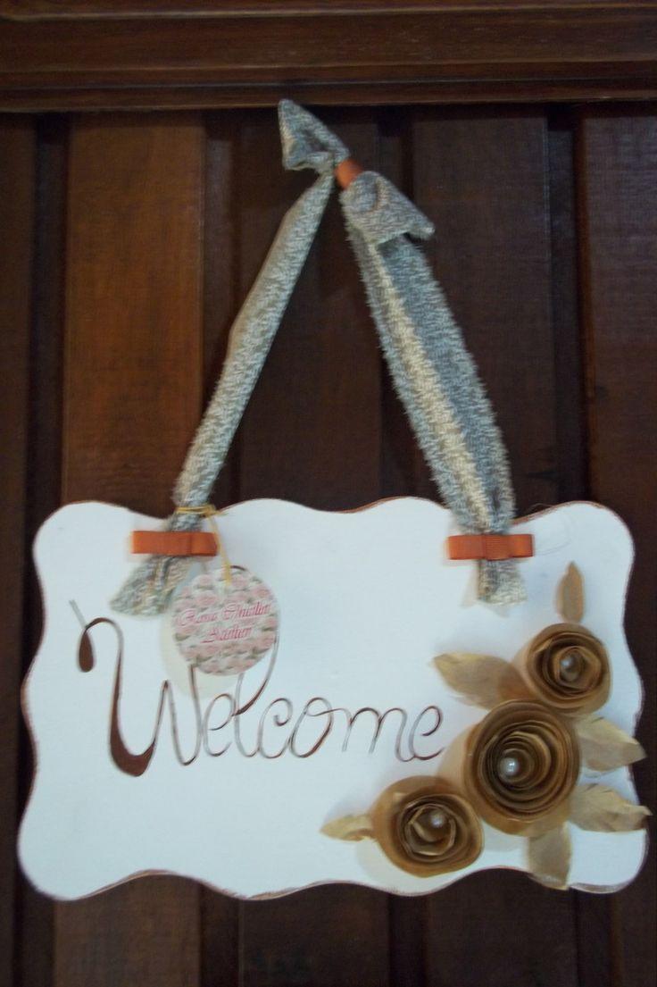 """Linda placa de Bem Vindo """"Welcome"""" para enfeitar a porta de sua casa ou presentear alguém. Confeccionada em mdf com pintura acrílica e flores em papel e miolo em pérolas. Fino acabamento."""