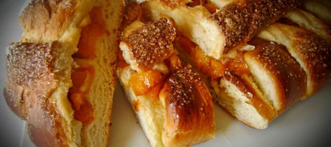 Пирог с абрикосами ========================= Как приготовить сдобные дрожжевые пироги со свежими абрикосами - открытый и полуоткрытый. Будет достаточно для обильного чаепития на большую семью :-)