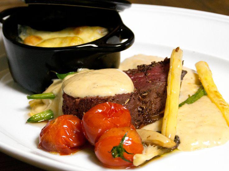 Värmländsk älgfilé med calvadossås, ostronskivling och marinerade vaxbönor | Recept från Köket.se