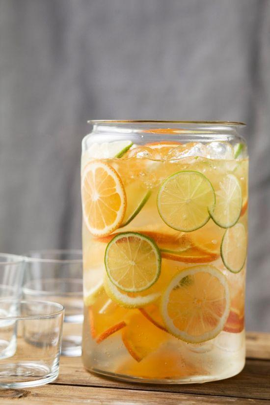 Wow wat is het warm! Verkoeling en een frisse dorstlesser, dát willen we vandaag. Vul snel een grote kan met koud water, ijsblokjes, schijfjes limoen, citroen en sinaasappel. Moet jij eens kijken hoe snel die heerlijke glazen ijswater op zijn...