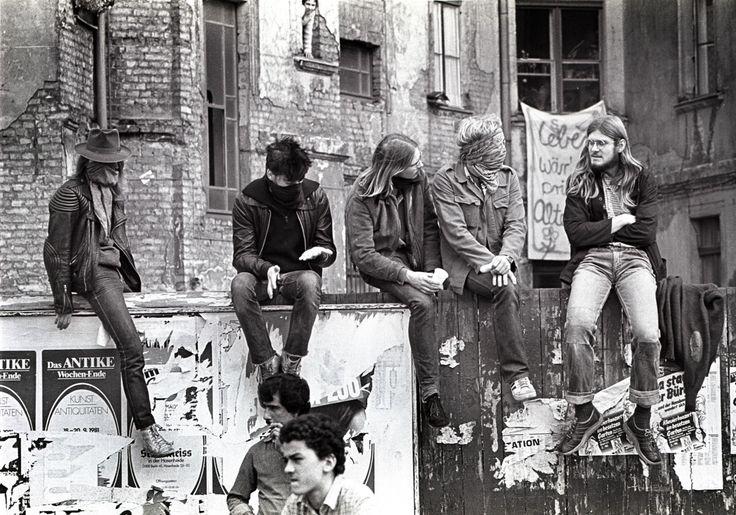 "Hausbesetzer in Kreuzberg 1981 Schön war die Zeit, als die Welt noch in Ordnung war - West-Berlin in pictures #155: Squatters, Berlin-Kreuzberg (1981) "" (via academic) """