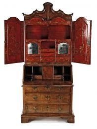 """Escritorio-librería inglés en madera de nogal e interior en laca roja con """"chinoiseries"""" en dorado"""