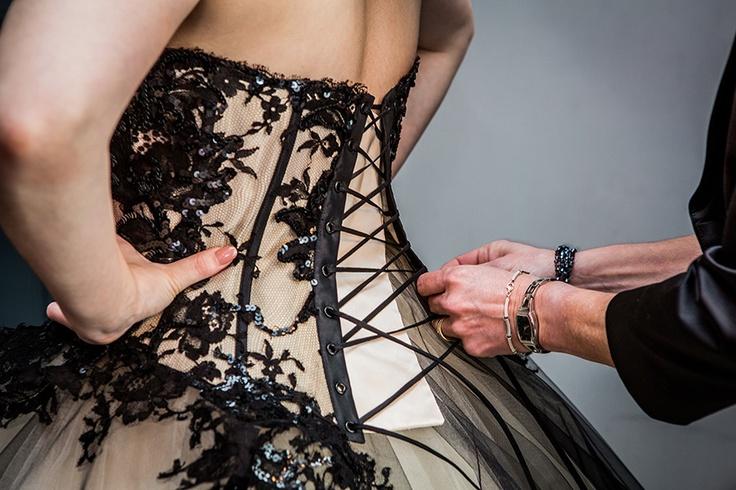 Aantrekken bruidsjurk , halloween bruiloft , trouwjurk #bruidsfotograaf #bruidsfotografie Dario Endara
