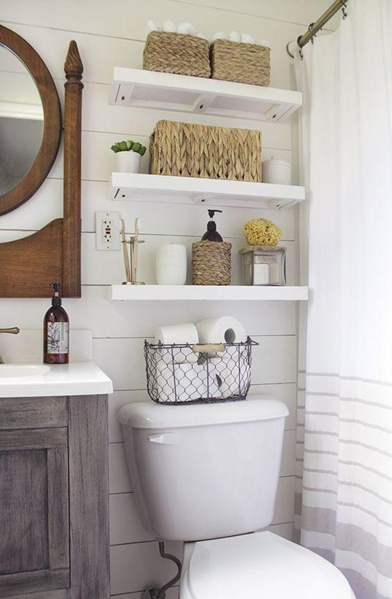 """Voici une bonne idée """"gain de place"""" dans une petite salle de bain : installer des tablettes au-dessus des toilettes (généralement un espace """"perdu"""")  http://www.homelisty.com/idees-rangements-petits-espaces/"""