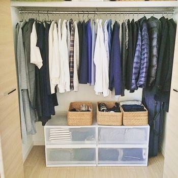 こちらは、ご夫婦2人分のすべての衣類を右と左に分けて収納。両端に丈の長い洋服をまとめることで、中央にクローゼットケースとラタンバスケットを置くスペースを確保しています。収納用品は、どちらも無印良品でまとめて見た目もすっきり♪