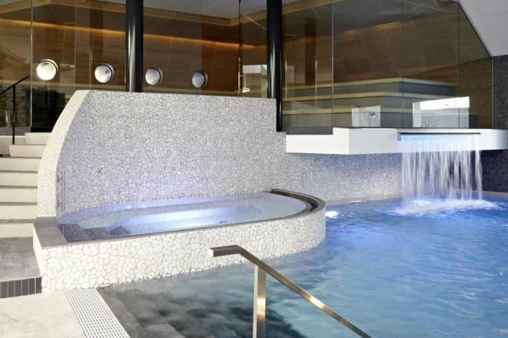 Zwembad met waterval