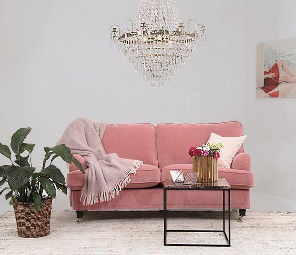 Rosa sammetssoffa Lejonet. Howard, sammet, sammetstyg, sammetsmöbler, mässing, svängd, vardagsrum, soffa, inredning, möbler, marmorbord, brun, brunt, soffbord, bord, marmor, kristallkrona, mohair, filt, pläd, vintagematta, matta, vintage, vit. http://sweef.se/sweef-lyx/144-lejonet-howardsoffa-3-sits-sammet.html