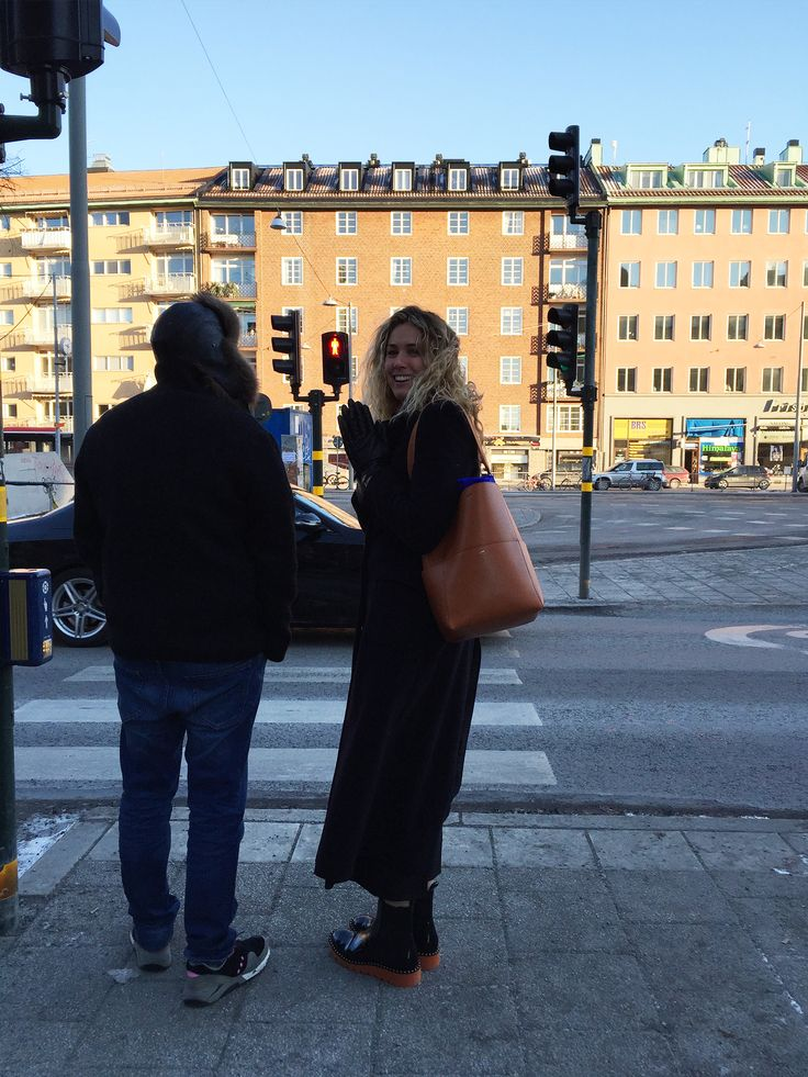 KEEPING WARM EN ROUTE TO THE FAIR - ANTON ASSAAD AND ARENT&PYKE'S JULIETTE ARENT  #GREATDANESTOCKHOLM  #GREATDANESTOCKHOLMFAIR  #GREATDANETRAVELS