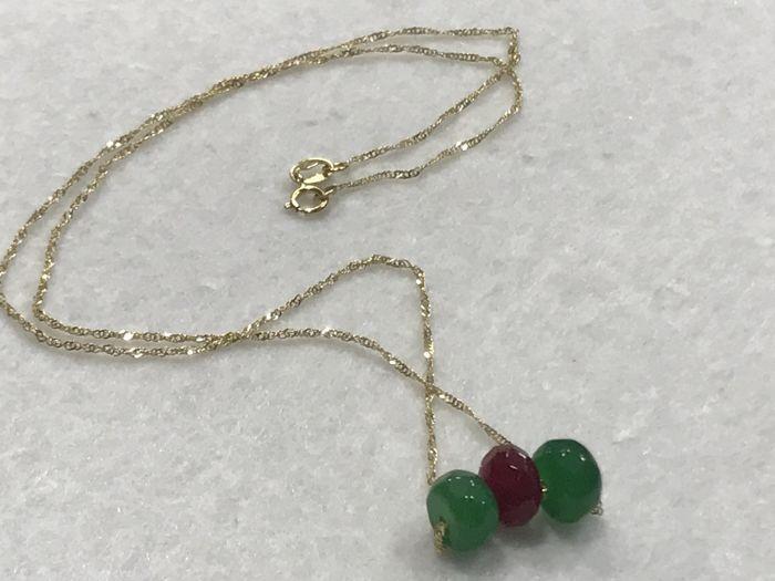 18 kt/750 goud-goud ketting met Robijn en Smaragd-lengte 45 cm  Ketting/Choker in 18 kt geel goud met facetten ruby en gefacetteerd emeraldsGesp: 18 kt geel goud.Ketting metingen:Model: Singapore.Lengte: 45 cm.Breedte: 1 mmRuby: 8 x 5 mm2 smaragden meten van 8 mm x 5 mm.Totaal gewicht: 230 gNieuw nooit gedragen.Edelstenen zijn vaak behandeld om hun kleur of helderheid te verbeteren. Het item in kwestie is in dit opzicht niet getest.Beschikbaar voor verzending.Verzending via aangetekende…