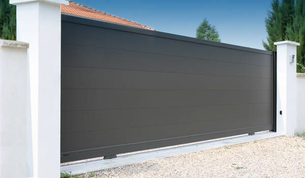 Tendance et actuel ! Portail alu MAHE lames 250 X 25mm, version coulissante. Réalisation sur mesure. MAHE, collection Contemporain, Horizal http://www.lesportaliers.com/portail/photo-portail-coulissant-aluminium-mahe,363.cfm