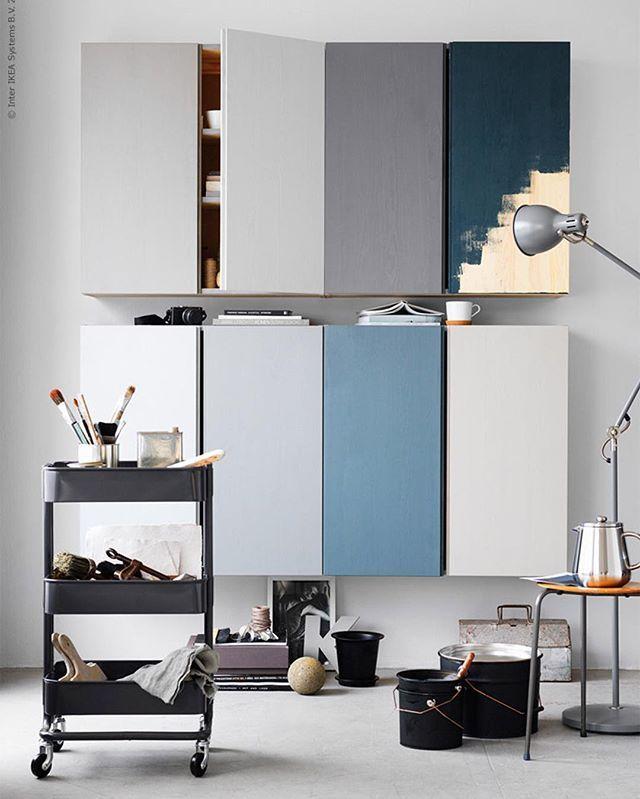 Finn en fargepalett som passer til rommet og mal de ubehandlede IVAR-skapene slik at rommet får mer liv. PS! Om du bruker stige – dette er ikke dagen å gå under den ... #DIY #IVAR #skap #IKEA #IKEAinspirasjon #interiør #interiørdesign #interiørinspirasjon