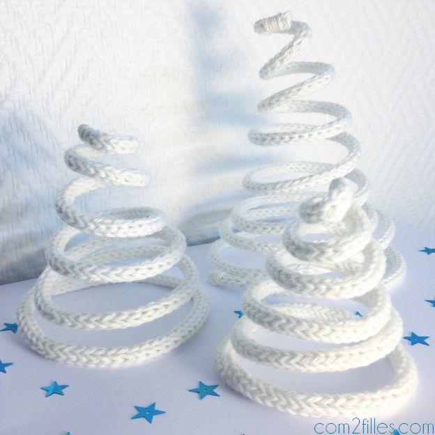 Une idée déco originale pour les fêtes de fin d'année ! Des sapins de noël réalisés en tricotin ! Vous avez envie d'en faire vous aussi, voici le tuto ! -Christmas tricotin-