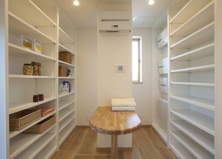 大容量のパントリーや無垢材など自然素材に包まれた二世帯住宅