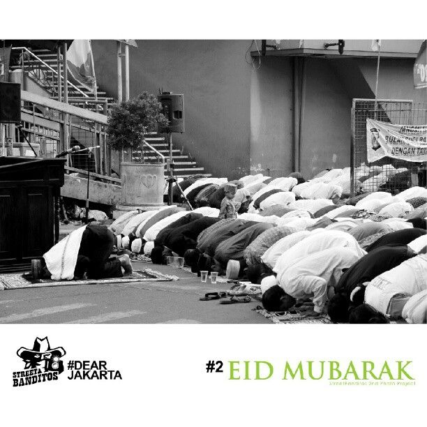 """""""Eid Prayers in the street"""" Photo by Yohanes Dwi Prasetyo @crucinexio    We proudly present our 2nd Project #EidMubarak, In this edition Streetbanditos will raise the snapshot about of Eid Mubarak and its traditional events featuring portraits of Moslems in Jakarta."""