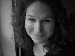 2. de auteur is Tanneke Wigersma.  ze is een modeontwerpster, archeoloog, dirigent, acteur en verder wist ze niet wat ze nog meer wilde worden.   Schrijven is voor haar het belangrijksten in haar leven zecht ze en dat ze barst met ideeen en doorgaat met schrijfen.   Ze is getrouwd in 2010 met Rutger en de kinderen van haar man wonen de helft van de tijd bij hen in huis in Zwolle.