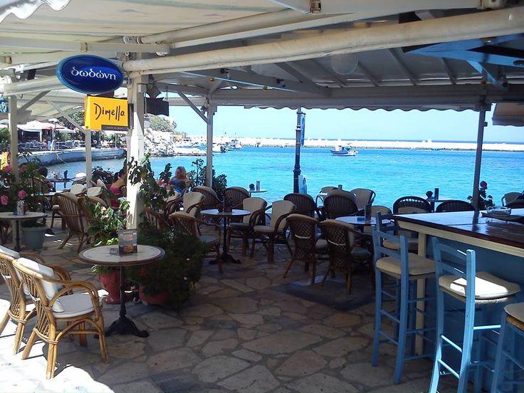Στο Wave Cafe Bar στο Κοκκάρι της Σάμου, πίνουν Ελληνική μπύρα...