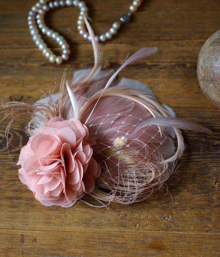 Ce bijou est magnifique & tendre: Opulent dans sa forme et la taille, très élégamment et discrètement dans la couleur. Ressorts de main-verlesende - en poudre, rosé, vieux rose, un voile de tactile et une fleur duveteuse de Georgette en poudre gris/rose.  Délicat, filigrane, romantique... Un bijoux de cheveux magnifique qui peut être attaché à le cheveux varié: retour dans le chignon, côté - avec un noeud lâche, festive dans un chignon ou même sur un bandeau - dans un Kurzhaarbob!...