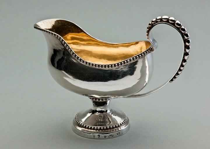 Ekholmin kermakko. Kermakot yleistyivät Suomessa 1760-luvulla. Kuvassa Anders Ekholmin vuonna 1770 valmistama mäyräkoiran mallinen rokokookermakko.    Kuva: István Bolgár