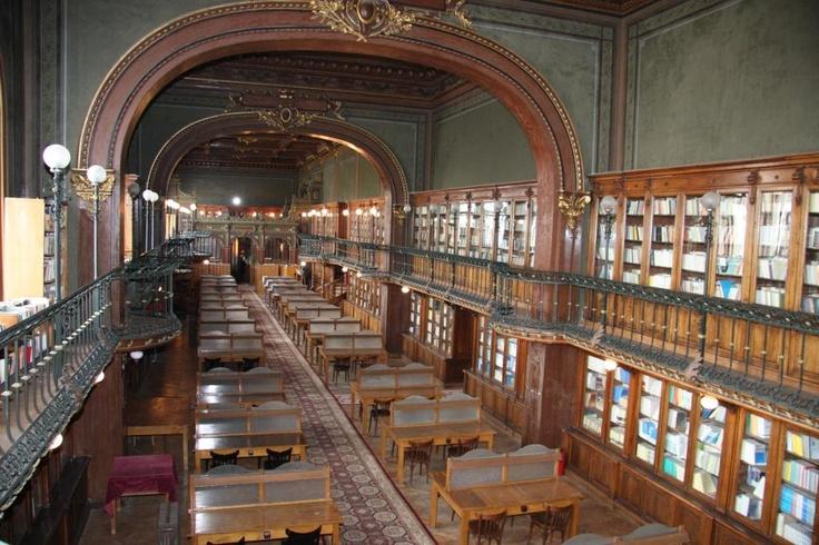 Interiorul bibliotecii.