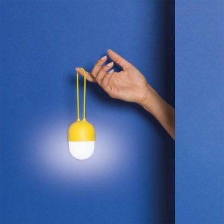 Sevimli fakat her şeyden önce çok amaçlı ve kompakt Clover lambalar, hep yanınızda isteyeceğiniz küçük bir devrim niteliğinde. Evde veya dışarıda:'Clover' hedeflenen aydınlatmayı elektriksiz sağlıyor.  Clover,  Ionna Vautrin tarafından geleneksel ampul formu modernleştirerek tasarlandı.  Birden çok renk seçeneği bulunan Clover, bugün bir aksesuarın ihtiyacı olan popularite, şıklık ve pratikliğe, kısacası olması gereken herşeye sahip.  Silikon bandı sayesinde her yere asılabilir, örneğin bir…