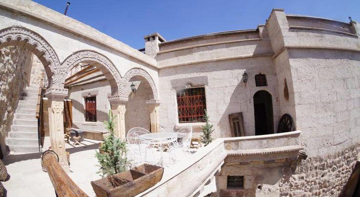 泊ってみたいホテル・HOTEL|トルコ>ウチヒサール>テラスからギョレメとGuvercinlik渓谷のパノラマの景色を望めます>ロックス カッパドキア(Rox Cappadocia)