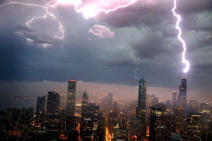 Un éclair frappe la Tour Willis (anciennement tour Sears) à #Chicago, le 12 juin 2013.