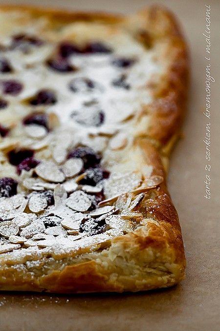 Tarta z serkiem kremowym i malinami na cieście francuskim