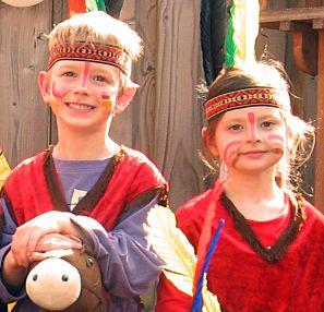 Een indianenfeestje leuk voor jongens en meisjes. Een complete kist voor verkleden, spelletjes en knutselen! Kinderfeestje-Idee