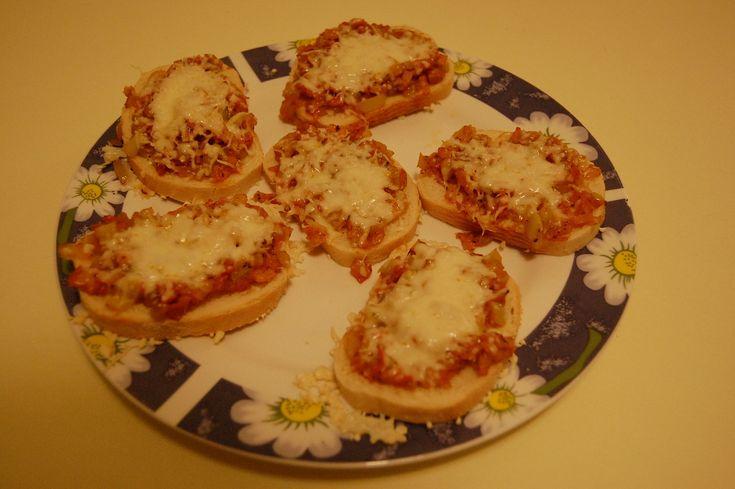 zapečené chlebíčky se sýrem (cibule,šunka,paprika,česnek,tvrdý sýr)
