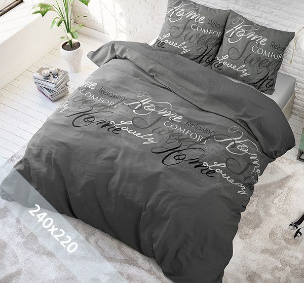 Sleeptime Pure Cotton dekbedovertrek ´Royal Luxury´ grijs. Een lits-jumeaux (240x220 cm) dekbedovertrek van 100% katoen met een donkergrijze achtergrond als basis. Daarop zijn verschillende teksten gedrukt in verschillende lettertypes en kleuren.