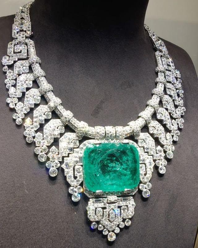 Cartier London, special order 1932, platinum, diamonds and emerald, sold to lady Granard !! #dubai #dubailife #dubaimall #dubaiopera #art #dream #royal #queen #hautejoaillerie #girl #highjewelry #finejewelry #love #luxuryjewelry #luxurylifestyle #luxurydesign #luxurystyle #luxuryfashion #luxurystyle #instagram #instafashion #instagood #instamood #mydubai #my_dubai #instaabudhabi #diamonds #emerald #fabulous #amazing