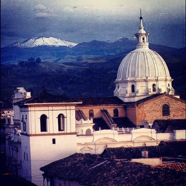 Colombia - Vista del volcán Puracé desde la ciudad de Popayán, Cauca.