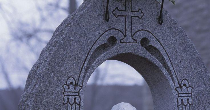 Como fazer enfeites de flores para túmulos. Peças florais decorativas acrescentam cor ao ambiente sombrio do cemitério. Um túmulo ou sepultura é montado em uma lápide fixada no local para uma exposição permanente. Pode ser confortante fazer um enfeite floral para por no túmulo em um aniversário, feriado ou fim de semana memorável. Você pode exibir uma peça de flores de seda por uma estação ...