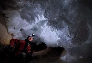 Geologin Gina Moseley in der Dachtsein-Mammuthöhle bei der Arbeit.