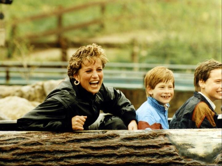La princesa Diana de Gales disfruta junto a sus hijos el príncipe Guillermo (d) y el príncipe Enrique (c) de una atracción en un parque acuático.