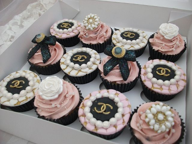 AMAZINGLY BEAUTIFUL AND I BET DELICIOUS CHANEL PINK CUPCAKES!!!!!!!!!!!