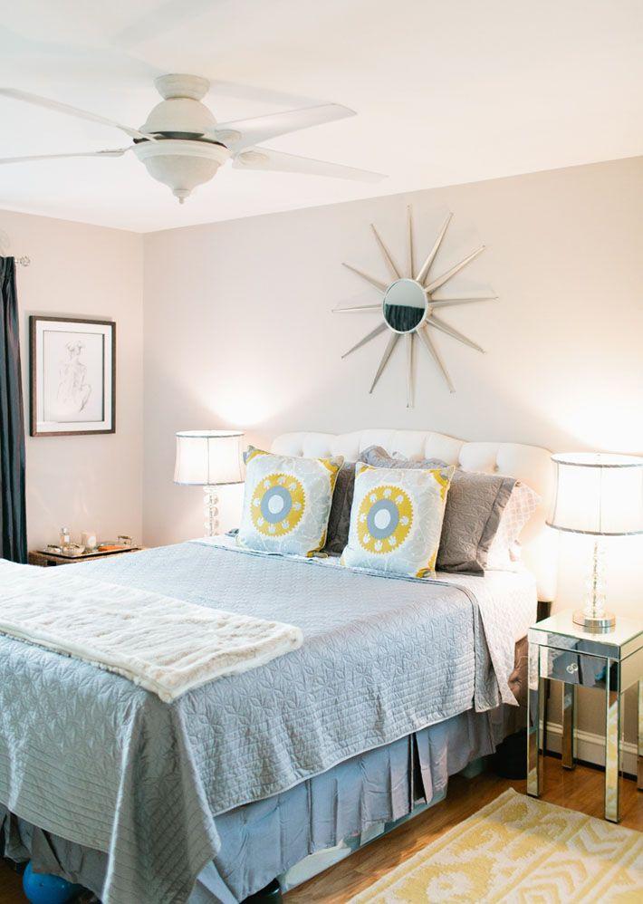 jogo de cama em tons cinza com toques de amarelo ; sofisticado .
