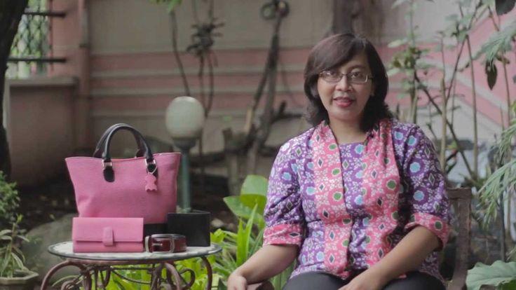 Intan, owner Selempang.com dan salah satu customer JagoanStore.com, adalah contoh ibu rumah tangga yang memiliki passion tinggi untuk memiliki penghasilan sendiri. Berawal dari hobinya belanja di sentra kerajinan kulit Tanggulangin, kini dia telah memiliki toko online yang menjual berbagai macam hasil kerajinan kulit dari daerah tersebut. Dengan memanfaatkan jasa toko online JagoanStore.com, niat mulianya untuk membantu para pengrajin kulit di Tanggulangin kini bisa dibilang telah sukses.