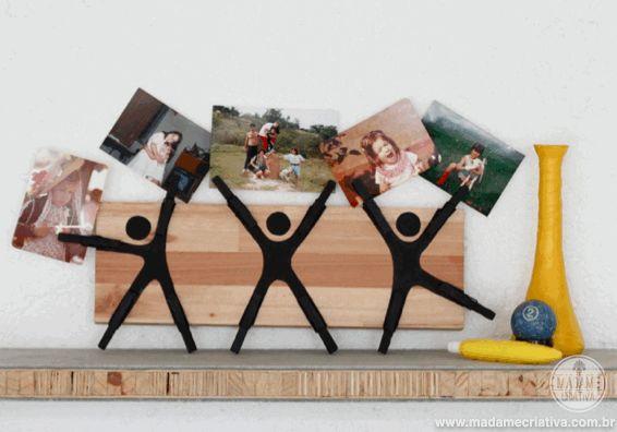Como fazer mural com materiais recicláveis - Porta retrato criativo feito com prendedor de roupas e madeira pintada - Dicas e passo a passo com fotos - How to make a creative picture frame using clothespin and a piece of wood - DIY - Tutorial - Madame Criativa - www.madamecriativa.com.br