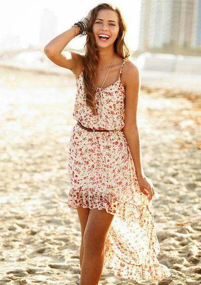 Vestido floral + correa delgada + sandalias
