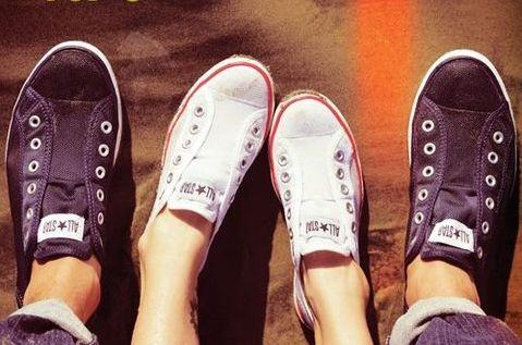 """Converse Ayakkabı Şirketi, üretime kauçuk ayakkabı şirketi olarak başlamıştır. Sonra, şirket oldukça popüler olan bir tenis ayakkabısı modeli üretmiştir. 1917 yılında ise, All-Star üretimine başlanmış, Chuck Taylor'ın imzası da eklenince """"Chuck Taylor"""" All Star basketbol ayakkabıları dünya çapında ün kazanmıştır. 1966 yılında, Converse temel siyah-beyaz Chuck Taylor All Star basketbol ayakkabısı modelinin farklı renklerde üretimine de başlamıştır."""