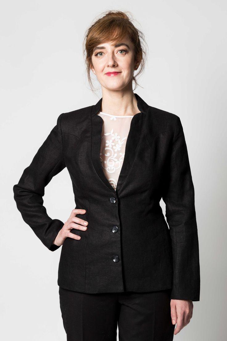 Le diable ne s'habille plus en Prada, mais en Gaia & Dubos! Prenez des airs de Meryl Streep avec cette veste de lin de Belgique de style classique et recherché. L'étoffe noble, structurée et passepartout saura ravir le cœur des femmes les plus distinguées.  Après des mois d'élaboration et d'expérimentation, nous en sommes arrivés à un tombé impeccable qui fera de vous une emblème de l'élégance même.