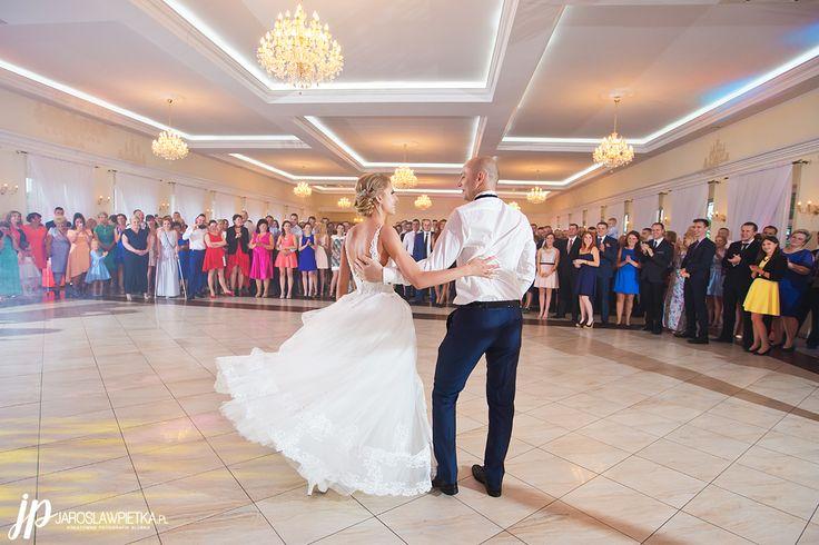 First dance #weddingphotography #weddingday #weddingphotography #weddingphotographer #fotografiaslubna #bride #groom #weddingday #weddinginspiration #weddingdance