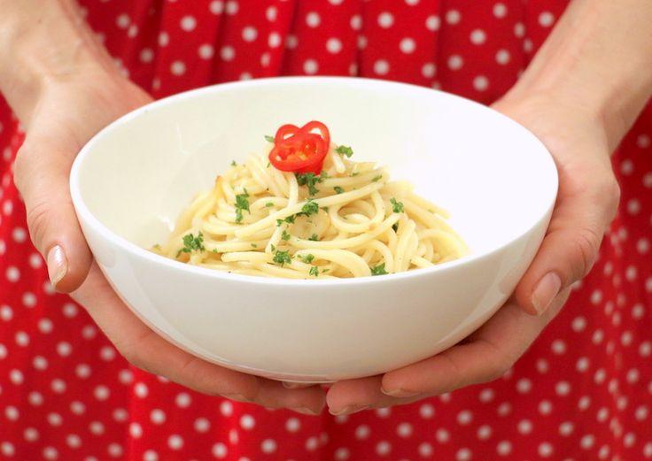 Spaghetti Aglio olio e peperoncino. Spicy, simple and oh so yummy / Spaghetti Aglio olio e peperoncino. Pikant, simpel und so lecker! Rezept auf Deutsch... #italienisch #essen #Spaghetti #Pasta #AglioOlio #Peperoncino #italianFood